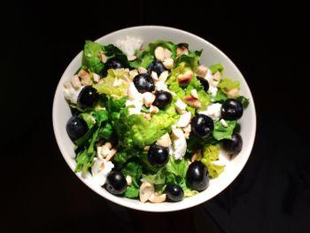 Салат с голубикой и моцареллой